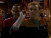 Sisko sieht O'Brien im Darts siegen