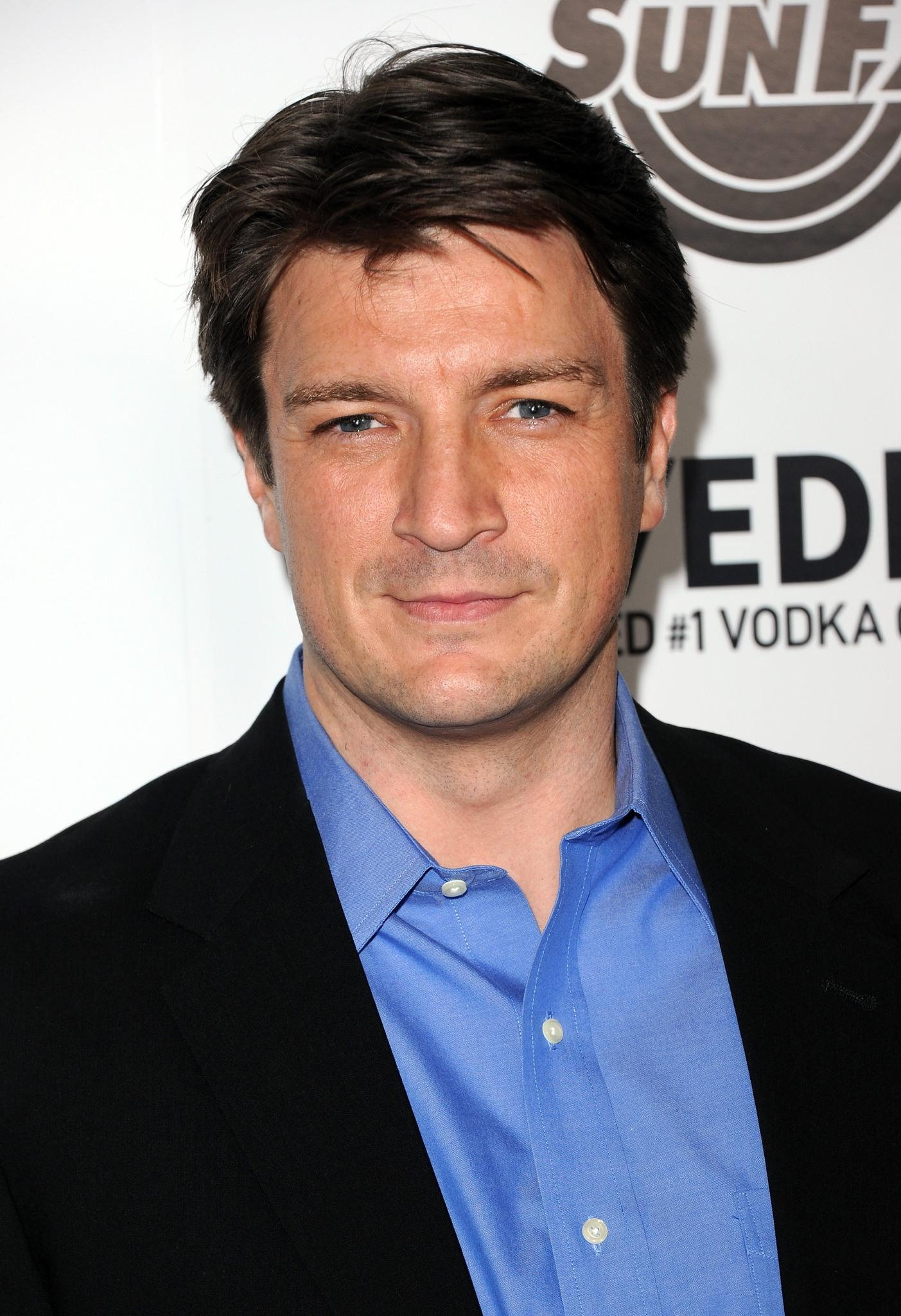 The 46-year old son of father Bob Fillion and mother Cookie Fillion, 187 cm tall Nathan Fillion in 2017 photo